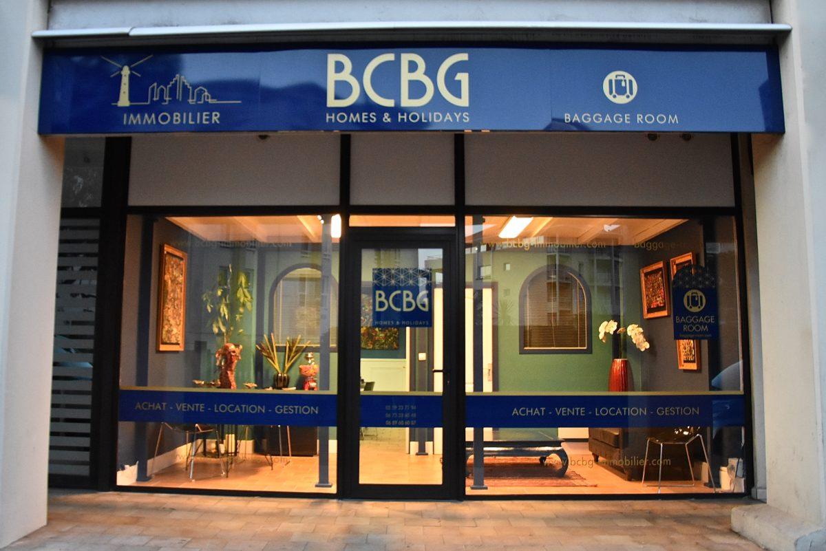 vitrine de l'agence immobilière à Biarritz